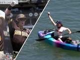 Fan in kano bemachtigt bal tijdens honkbalwedstrijd