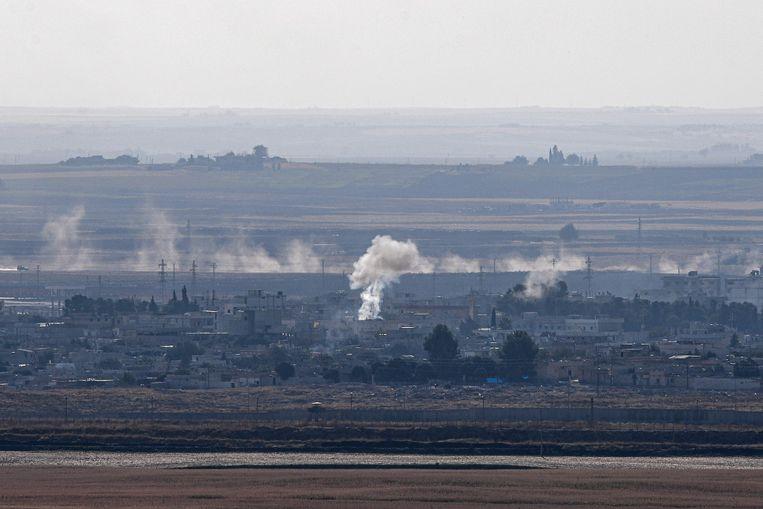 Rookpluimen in Ras-al-Aïn, ondanks het aangekondigde staakt-het-vuren. Beeld AFP