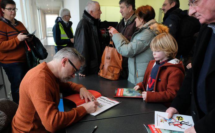 Auteur Peter Van Gucht kwam zaterdag ook naar de voorstelling van de expo en signeerde enkele Suske en Wiske-albums.
