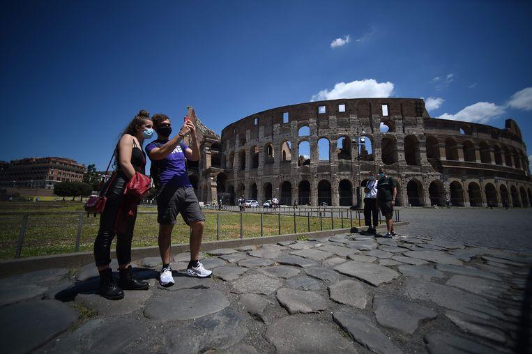 Bezoekers bij het Colosseum, dat sinds 1 juni weer open is, met extra hygiëne- en afstandsmaatregelen.  Beeld AFP