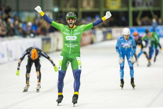 1 januari 2020: Gary Hekman juicht na het winnen van de 48ste NK Marathonschaatsen.