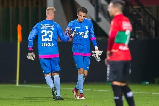 De geblesseerde NEC-doelman Norbert Alblas laat zich vervangen door Marco van Duin tijdens de wedstrijd tegen Go Ahead Eagles.