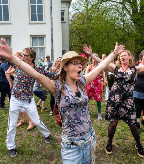 LIVE | 'Bedrijfsartsen worstelen met aanpak coronaklachten', anti-corona flashmob in Arnhem