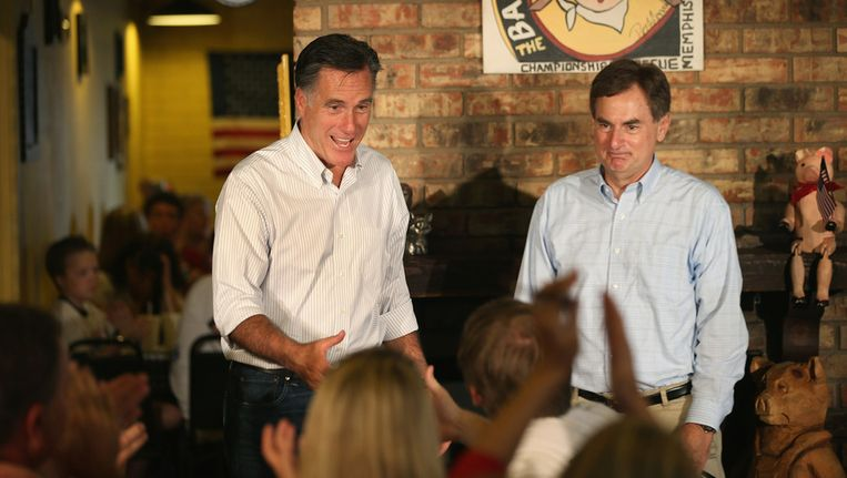 Republikein Mitt Romney met Richard Mourdock. Beeld AFP