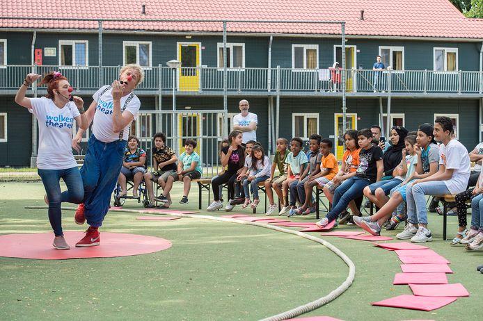 Kinderen van het azc in Oisterwijk genieten van het Circus Doe Maar Mee, waarmee het Wolkentheater deze zomer langs asielzoekerscentra trekt.
