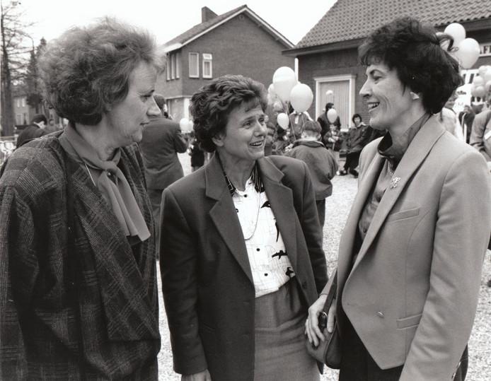 3 mei 1992: In 1992 stonden drie vrouwen aan het bestuurlijke roer van de gemeente Eersel. Burgemeester Hennie Houben (r) vormde samen met wethouder Marleen van Helden (l) en wethouder Elly Vriens het college.