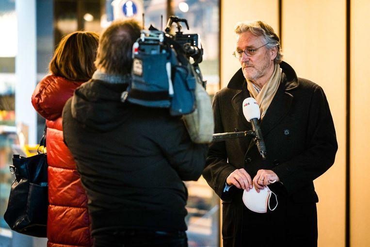 Burgemeester van Eindhoven John Jorritsma neemt poolshoogte op station Eindhoven Centraal. Tijdens een demonstratie tegen de avondklok is het station vernield en zijn winkels geplunderd.  Beeld ANP