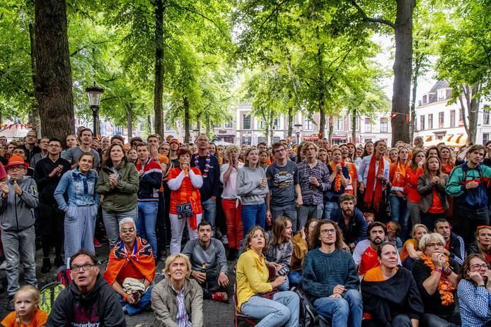 Fans kijken naar de WK-finale tussen de Nederlandse voetbalvrouwen en de Verenigde Staten op het Janskerkhof.