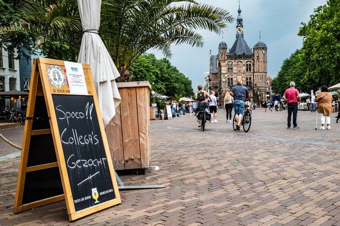De Buren van Schimmelpenninck is naarstig op zoek naar personeel. Het Deventer café moet zelfs twee dagen per week gesloten blijven.