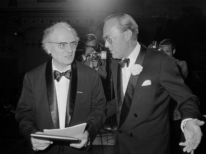 Prins Bernhard reikt Erasmusprijs uit aan Olivier Messiaen (links) in Concertgebouw Amsterdam (1971)