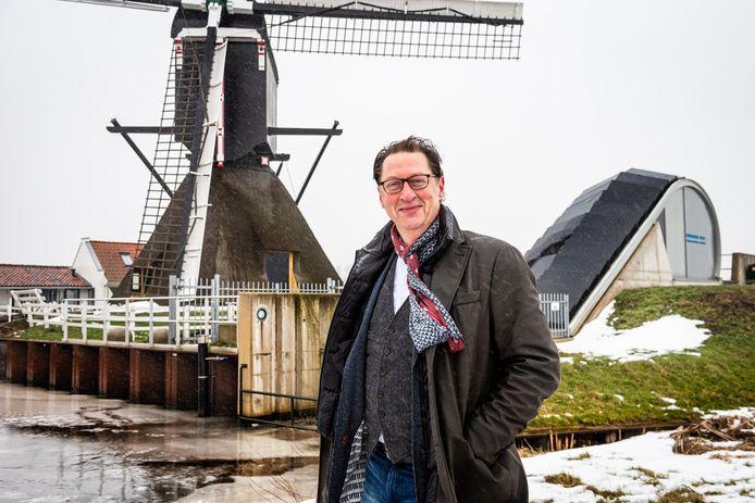 Dijkgraaf Rogier van der Sande bij de Steektermolen en het gemaal Steekt, waar Rijnland met het inzetten van de dooi direct is begonnen met pompen.