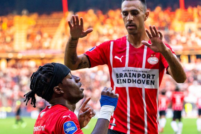 Spits Zahavi is in aantocht om Madueke te feliciteren met het doelpunt waarmee die PSV op 1-0 heeft gezet. Beeld Pro Shots / Marcel van Dorst