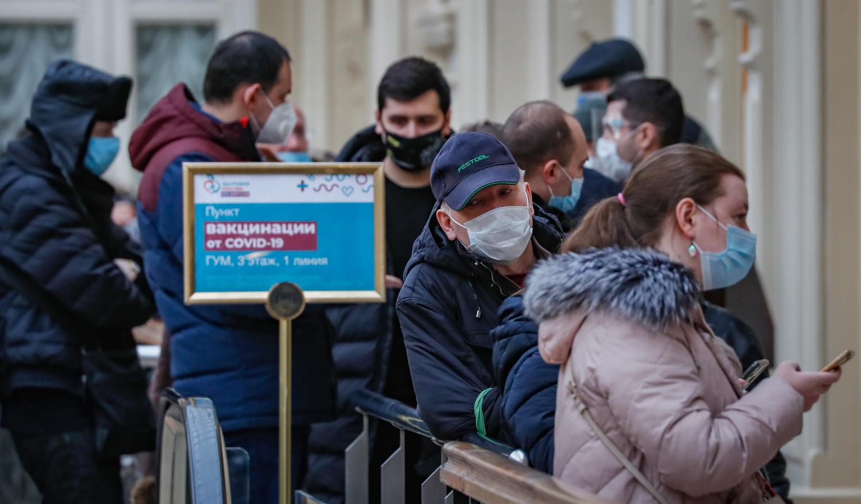 Russen staan in de rij om een prik te halen. De meningen over hoeveel Russen er daadwerkelijk zijn gevaccineerd, lopen sterk uiteen.