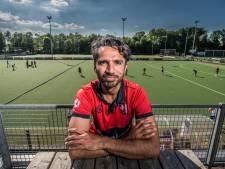 Fareed Ahmed leert spelers in Hengelo Pakistaanse hockeyfoefjes