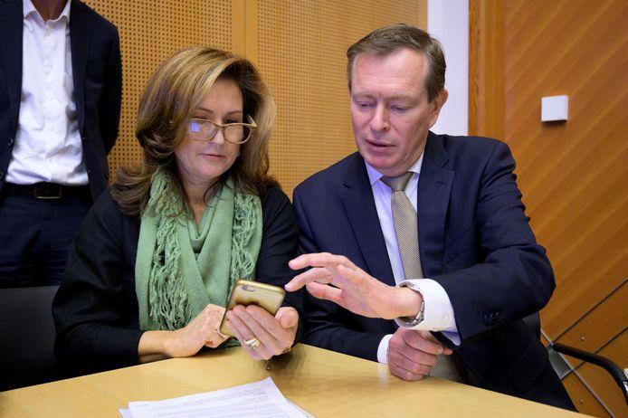Mevrouw Lingg uit Asten laat minister Bruins zien hoe ze haar medicatieoverzicht kan ophalen met haar telefoon.