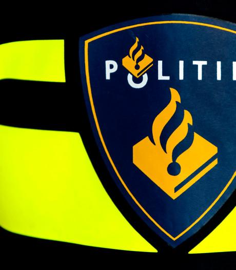 Politie toont beelden van vrouw die geld weggrist bij pinautomaat in Nijkerk