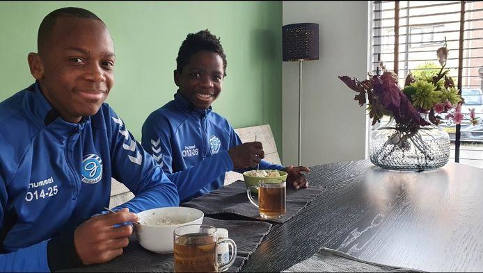Samuel (13) en Tom (11) Veenbergen uit Deventer hopen dat hun club De Graafschap vanavond promoveert naar de eredivisie. Maar Go Ahead Eagles gunnen ze het ook wel.