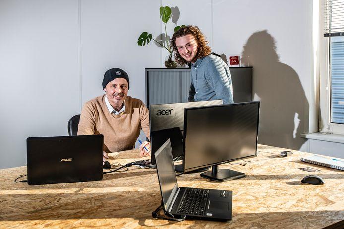 Vader Robby Blanke (47) en zoon Max (20) in hun nieuwe kantoor.