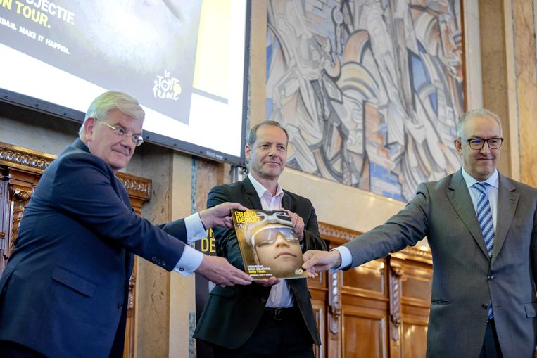 Jan van Zanen, burgemeester van Den Haag, Christian Prudhomme en Ahmed Aboutaleb bij de presentatie van het bidbook voor de Tour 2024 of 2025.  Beeld EPA
