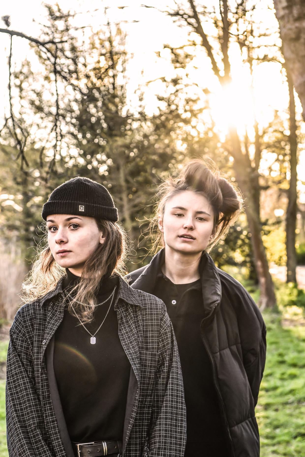 Marie Van Uytvanck (rechts): 'Na mijn ongewilde coming-out op school heb ik me keihard zitten verantwoorden bij al mijn vriendinnen: 'Nee, ik ben níét verliefd op u!'' Beeld Koen Bauters
