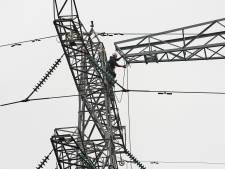 Mast van tien ton staal vervangt bovengrondse kabels: 'Dit lijkt misschien een fluitje van een cent'
