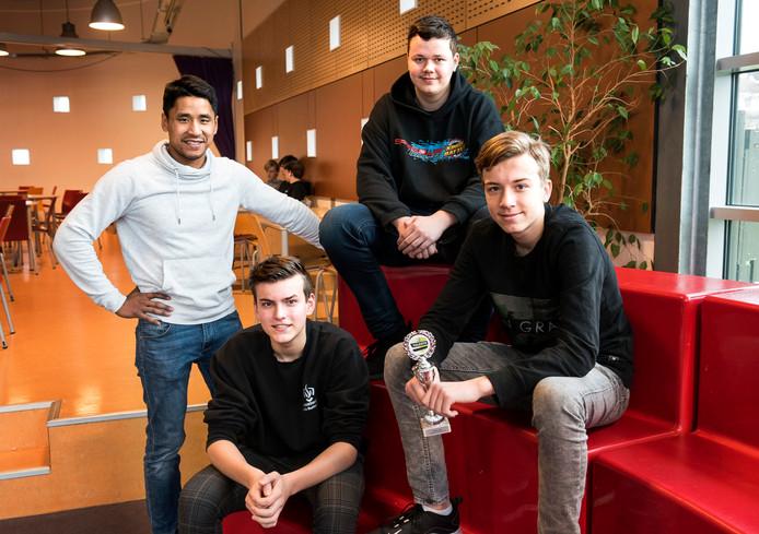 Vmbo-leerlingen Kevin Buitendam, Kevin van den Bosch en Niels van der Maat van het VeenLanden College staan in de landelijke finale van het Skills Talent Lab dat wordt gehouden in Leeuwarden. Links hun economiedocent Santi Bosma.