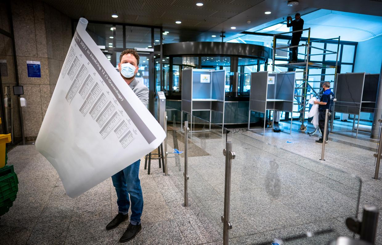 Gerjan Wilkens met de poster van het stembiljet, voor slechtzienden. Beeld Freek van den Bergh / de Volkskrant