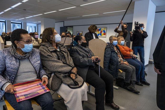 Lea Tavares Mujinga, Simone Vandenbroecke Ngalula, Monique Bitu Bingi, Noelle Verbeken et Marie Jose Loshi ont porté plainte contre la Belgique pour crime contre l'humanité au sujet de la ségrégation des enfants métis au Congo, jeudi matin, devant le tribunal civil de Bruxelles.