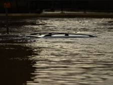 Un jeune homme se réfugie sur le toit de sa voiture tombée dans la rivière, un routier lui sauve la vie