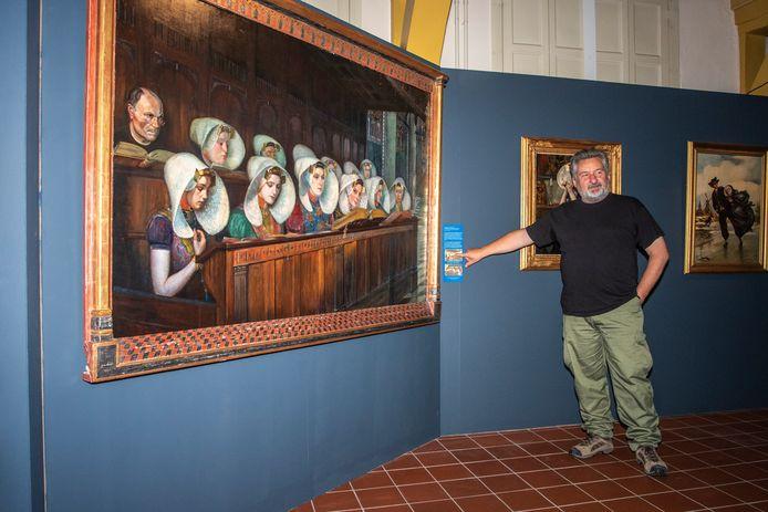 Conservator Koen van Rooijen van Historisch Museum De Bevelanden in Goes vertelt over het werk 'Bagijnen van Goes' van de Engelse kunstschilderes Cecil Jay. Het derde meisje van rechts is een zelfportret.