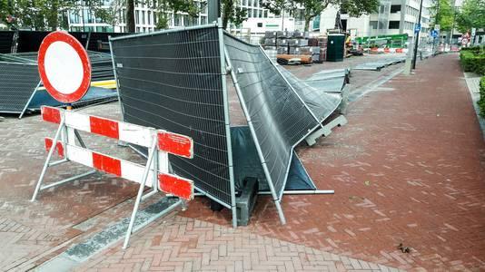 Omgewaaide hekken in de Kadestraat in Arnhem.