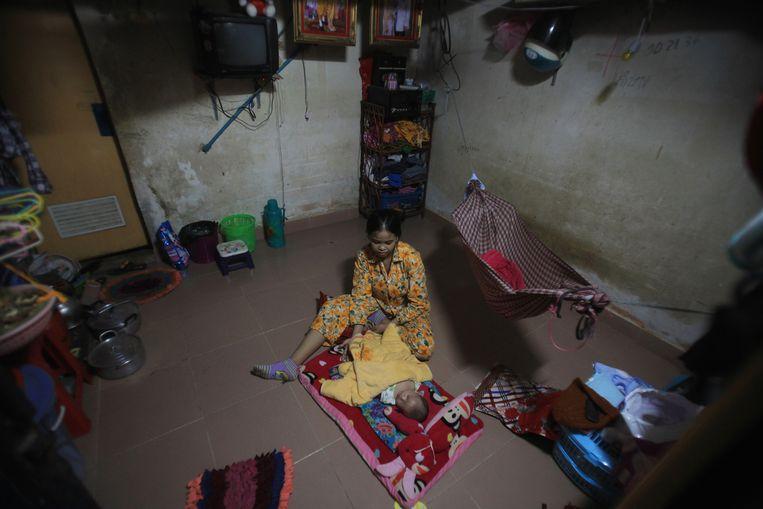 Een woonplek voor textielwerkers in de Cambodjaanse hoofdstad Phnom Penh.  Beeld Reuters