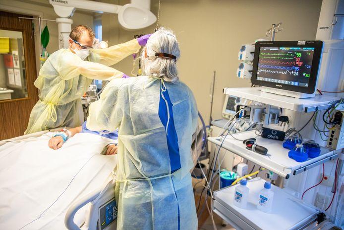 Verpleegkundigen op de ic van het Albert Schweitzer ziekenhuis zijn druk met het behandelen van coronapatiënten.