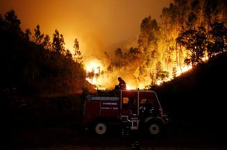 fotoreeks over IN BEELD: Portugal getroffen door zwaarste bosbranden in jaren