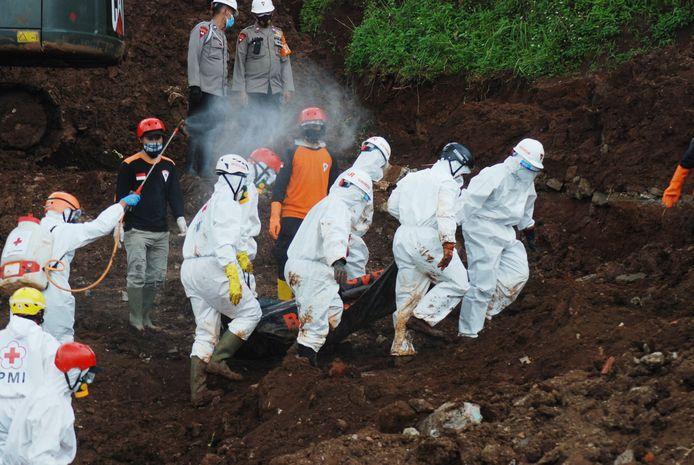 Reddingswerkers op Java worden gedesinfecteerd terwijl ze een slachtoffer wegdragen van een aardverschuiving die vorige maand plaatsvond. Archiefbeeld.