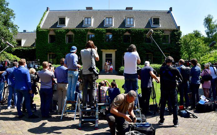 Fotografen verzamelen zich bij de koninklijke fotosessie van koning Willem-Alexander, koningin Maxima, prinses Catharina-Amalia, prinses Alexia en prinses Ariane in de tuin van Villa Eikenhorst.
