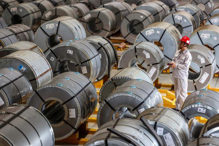 Een Chinese werknemer controleert rollen aluminium in een fabriek in Wuhan. Veel productiebedrijven worden stilgelegd vanwege het stroomtekort. Beeld AFP