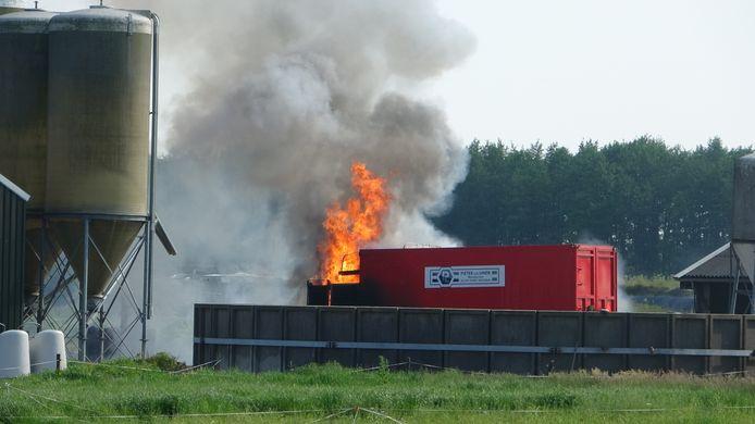 Een landbouwvoertuig heeft vrijdagmiddag vlam gevat in Wanneperveen.