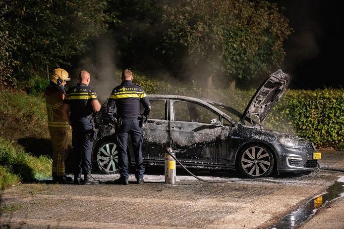 De auto aan de Handelskade was niet meer te redden. De politie doet onderzoek.