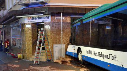 Duitse schoolbus rijdt tegen huis: 43 kinderen gewond