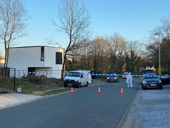Het lichaam van de vrouw werd vrijdagvoormiddag in een woning in de Schelstraat aangetroffen.