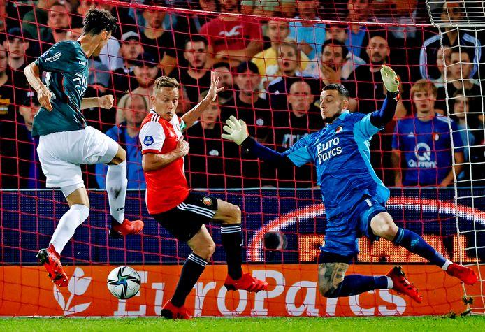 Cas Odenthal schiet de gelijkmaker binnen voor NEC tegen Feyenoord.