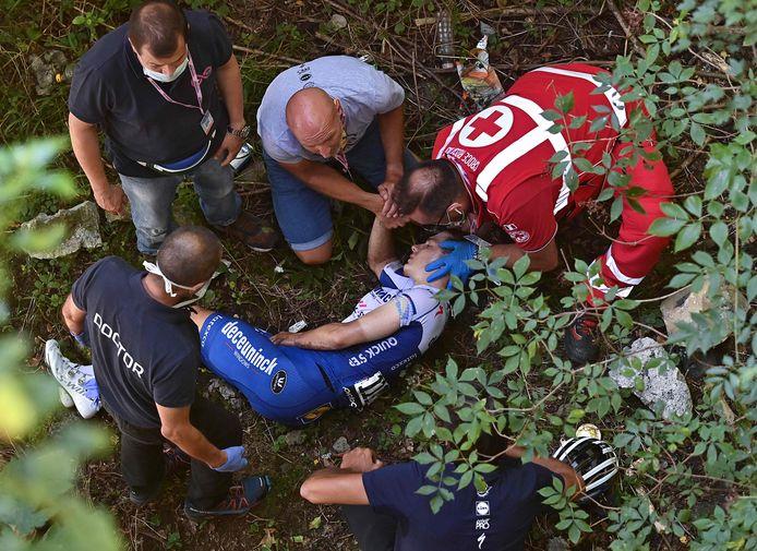 Remco Evenepoel na zijn crash in een ravijn.
