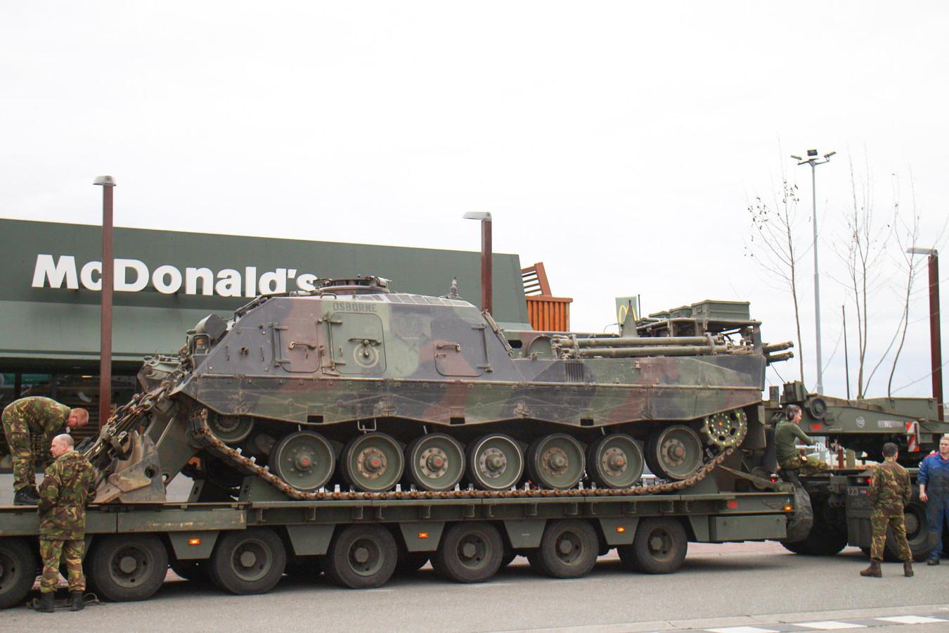 Een dieplader met daarop een bergingstank van defensie is met pech stil komen te staan in Nijkerk. (Foto: Persbureau Midden Nederland).