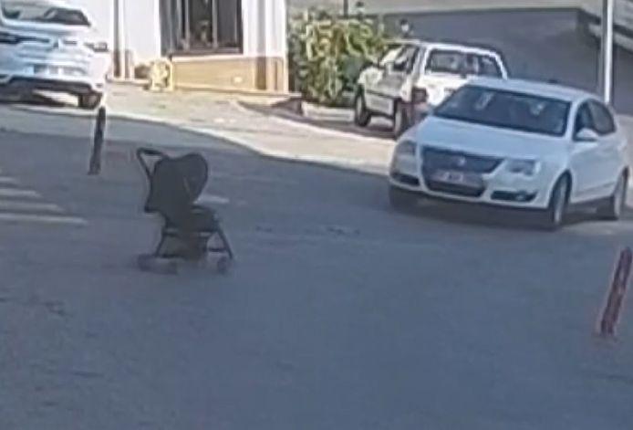 Les images d'une caméra de surveillance à Sinop, dans le nord de la Turquie, montrent le départ d'une poussette dans laquelle se trouvait un jeune bébé.