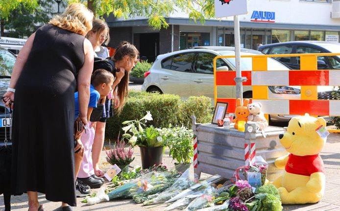 Mensen kunnen bloemen neerleggen in Den Bosch voor het slachtoffer van de steekpartij.