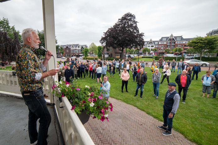 IJme Woensdregt sprak vanavond het publiek toe tijdens het protest tegen de verlaging van de geluidsnormen voor evenementen.