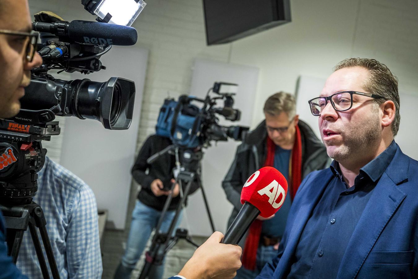 Advocaat Phil Boonen van de nabestaanden van de Heerlense slachtoffers staat de pers te woord, tijdens de vorige zitting.