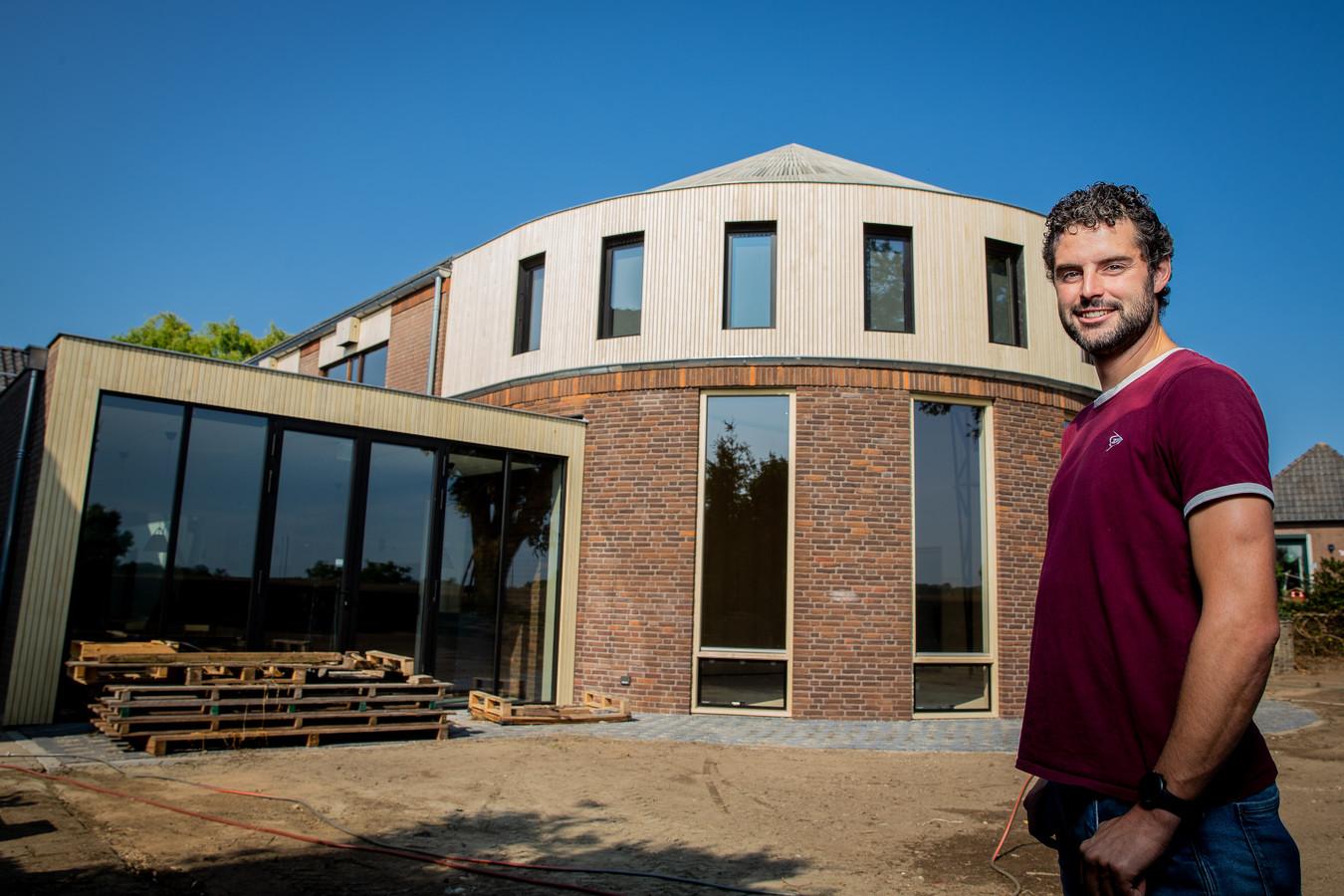 Eric Witzel voor de opvallende uitbouw van De Hucht in Alphen.