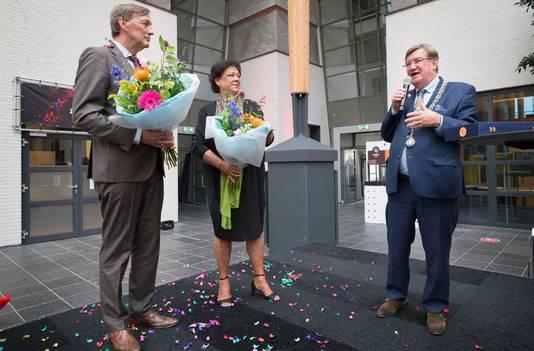 Burgemeester Henk Hellegers feliciteert Paul en Bonnie Rüpp.